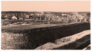 Tuhoutunutta Viipurin Kolikkoinmäen aluetta 29.4.1918. Edustalla Patterinmäen vanhoja vallihautoja.