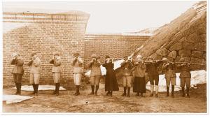 Punaisia naissotilaita kiväärien kanssa Uuraan valleilla 1918.
