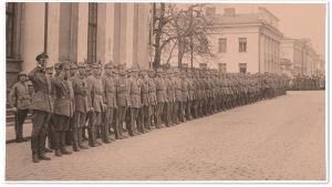Kapteeni Carl Gustaf Robert Wolff ja Suomen valkoisen kaartin 1. jääkärikomppania Yliopiston kirjaston edessä 1918.