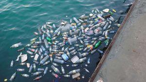 Plastflaskor i havet