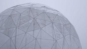 Golfpallon näköinen kupu, joka suojaa radioteleskooppia.