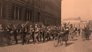 Valkokaartilaisia Erottajalla 1918.