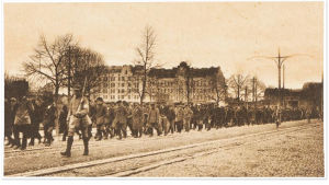 Vangittuja punaisia marssitetaan Viipurissa 1918.