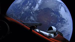Elon Muskin avaruuteen lähettämä punainen avoauto Tesla Roadster
