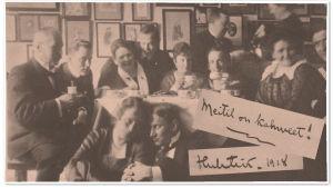 Juhlakahvit Aarre Merikannon sotavankeudesta vapautumisen johdosta kotona Oskar ja Liisa Merikannon luona huhtikuussa 1918.