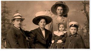 Knut Kangas perheineen: (vas.) Knut, vaimo Ida Maria, tytär Hilkka, poika Einari ja taustalla rouvan sisar Greta Marttila 1911.