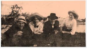 Vas. tuntematon mieshenkilö, Ida Maria Kangas, Knut Kangas ja Knutin sisko Eeva. Keskellä pilkottaa Einari-poika. Oulu 1912.