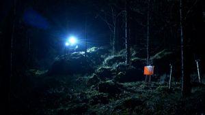 Orienterare på väg mot kontroll i mörker.