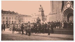 Mannerheim Viipurin tuomiokirkon edustalla sotilasasuisten miesten keskellä vastaanottamassa ilmeisesti paraatia 1919.