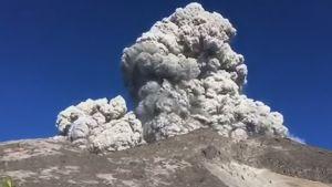 Vulkanen Merapi i Indonesien får ett utbrott.