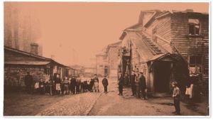 Ihmisiä puutalojen pihalla Pietarin Viipurinpuolen kaupunginosassa 1917.