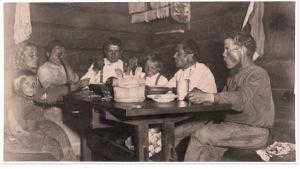 Talonväki aterialla. Kangasala 1900-luvun alkupuoli.