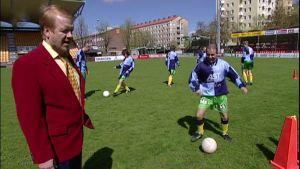 Valmentajaguru Aimo Nivaska jalkapallokentällä.
