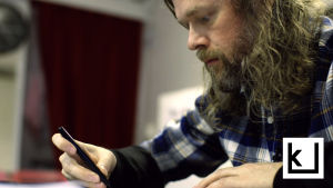 Ville Pirinen piirtää Yhesti yhes paikas -sarjakuvaa.