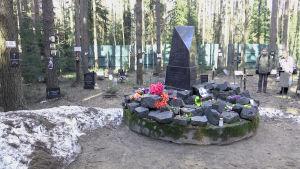Muistomerkki Levassovan hautausmaalla Pietarin kupeessa.