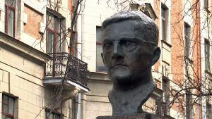 Venäläisen säveltäjä Dmitri Šostakovitšin reliefi Pietarissa.