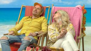 Susanna Laine ja Mikko Kekäläinen rantatuoleissa