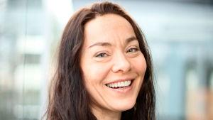 Kasvokuva hymyilevästä psykologi Katja Myllyviidasta.