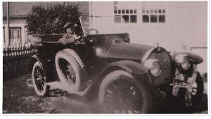 Wäinö Sola istuu autossaan.