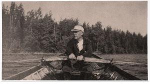 Wäinö Sola kalaveneessä.