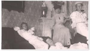 Nuoria naisia vuonna 1906.
