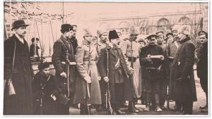 Lokakuun vallankumous. Aseistautuneet vartijat tarkastavat henkilöllisyystodistuksia Smolnan edessä 1917.