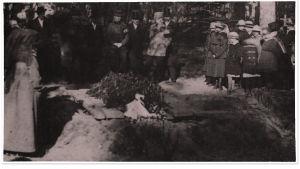 Saattoväkeä Toivo Kuulan haudalla.