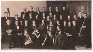 Oulun Työväen näyttämö ja orkesteri yhteiskuvassa 1926.