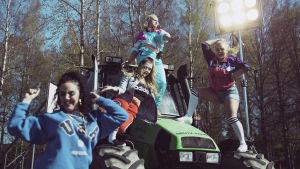 Tanssijoita Antti Tuiskun Kesäkumibiisivideon kuvauksissa, Jenni Poikelus tanssii traktorin päällä