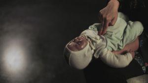 Vauvaa painetaan rintalastan alaosasta viisi kertaa hengitystietukkeen poistamiseksi.