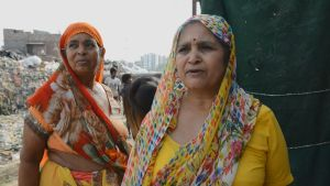 Indiska kvinnor i slummen i New Delhi