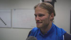 Birkir Bjarnason från Islands fotbollslandslag ger en intervju.