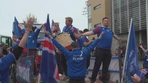Isländska fans i Reykjavik inför match.
