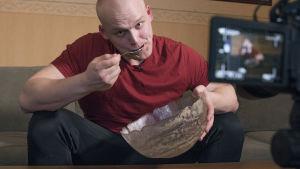 Kuva kilpasyömäri Jesse Pynnösestä syömässä hernekeittoa.