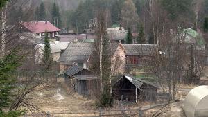Puutaloja Venäjällä rajan tuntumassa.