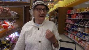 En äldre kvinna i en matbutik.