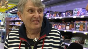 En kvinna i en matbutik.