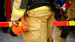 Närbild på räddningspersonalens kläder och utrustning.
