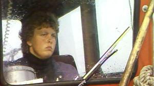 Ulla Nummelin veneen ohjaamossa.