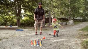 Luca-Emil Mykkänen keilaa ulkona isänsä Joonas Blombergin kanssa.
