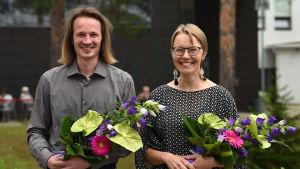 Tanssiva karhu runokilpailun voittaja Lassi Hyvärinen ja Kääntäjäkarhun voittaja Kaisa Ahvenjärvi