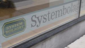 Systembolagets logo i affärens fönster