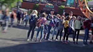Ihmisiä jonossa Linnanmäen lippuluukulla.