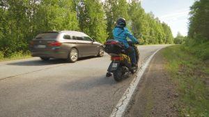 Mina Westerholm sitter på sin moped vid Ebbovägen