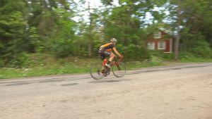 En cyklist på Täktervägen i Ingå.
