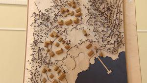 En tredimensionell karta på en vägg visar hur stugor, vägar och bryggor kunde byggas i ett ekologiskt samhälle i skärgården.