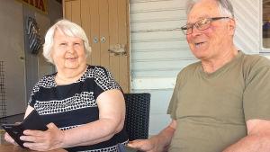 Eläkeläispariskunta Anita ja Tapio Laine pöydän ääressä.
