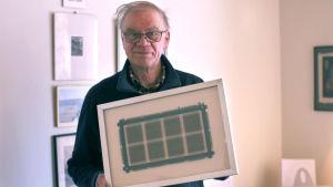 Raimo Anttila, Enter ry:n vertaisopastaja, pitää kädessä taulua, jossa on 70-luvulla käytössä ollut ferriittirengasmuisti.