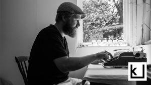 Harri Hertell kirjoittaa mekaanisella kirjoituskoneella