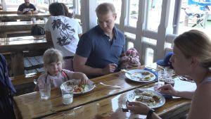 Familjen Venla och Panu Paajanen, Liisa Reunanen och en nyfödd baby äter på restaurang.